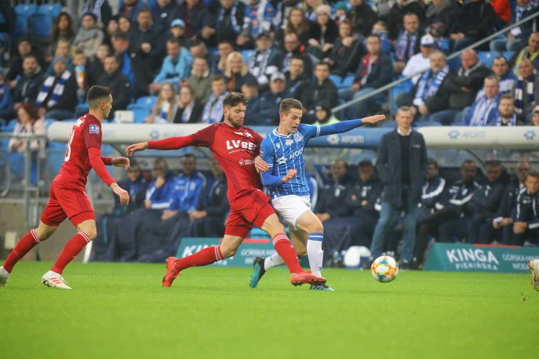 Lech Poznań w sobotę wysoko pokonał Wisłę Kraków 4:0. Po tym spotkaniu chwalić można tylko piłkarzy Dariusza Żurawia, bo to oni zadawali mocne ciosy.