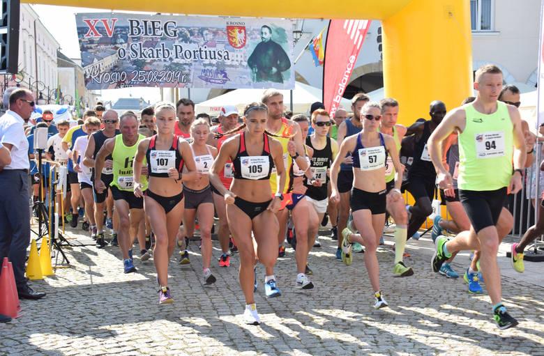"""Piętnasta edycja Biegu Ulicznego """"O Skarb Portiusa"""" zgromadziła blisko 150 miłośników biegania. Uczestnicy mieli do pokonania siedmiokilometrową"""