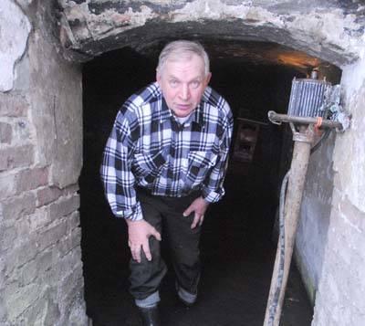 - W piwnicy pompa wodna pracuje na okrągło, a i tak wody przybywa - mówi Eugeniusz Czarnodolski
