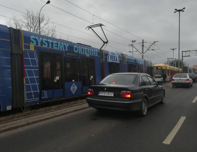 Zanik napięcia. Na rondzie Lotników Lwowskich stały tramwaje i samochody [ZDJĘCIA]