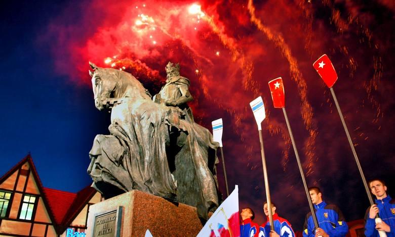 Pomnik Kazimierza Wielkiego został odsłonięty 26 października 2006 roku. Monument został odsłonięty przez prezydenta miasta Konstantego Dombrowicza i