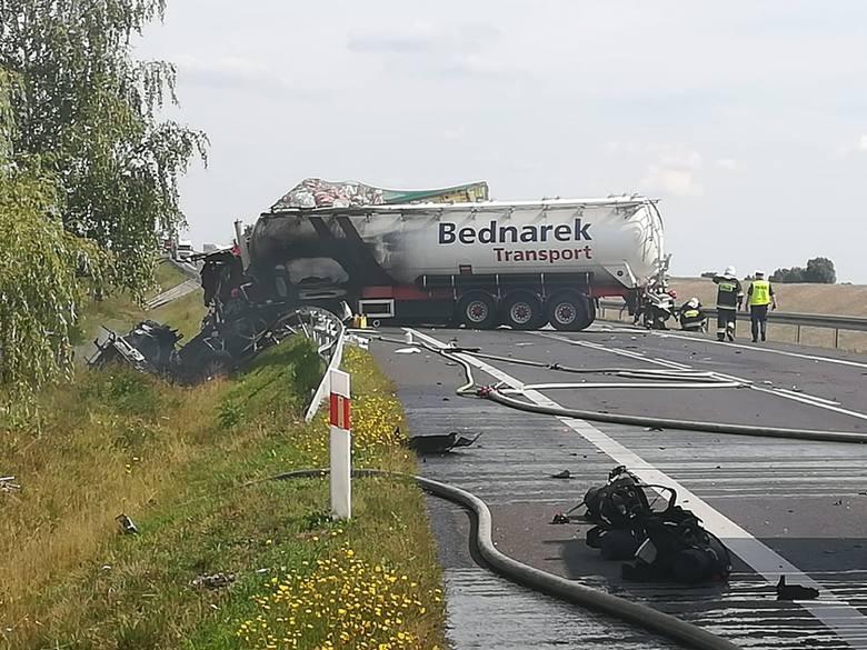Jak ustalił portal Gniezno.NaszeMiasto.pl, w samochodach znajdowały się trzy osoby, wszystkie zostały zakleszczone w pojazdach. O godz. 14 dwie z nich