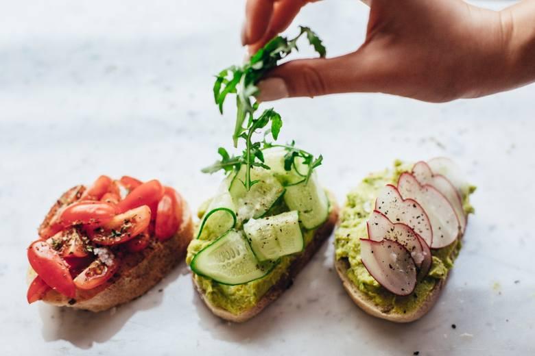 Kanapki wcale nie muszą być nudne! Wystarczy odrobina wysiłku i w zaledwie kilkanaście minut możesz wyczarować w swojej kuchni smaczne, zdrowe i sycące