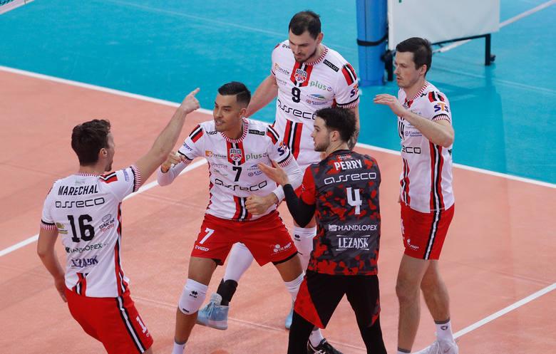 Asseco Resovia wygrywa za trzy punkty z Czarnymi Radom 3:1 w meczu PlusLigi. Zespół Piotra Gruszki wygrał trzeci mecz z rzędu.Asseco Resovia Rzeszów