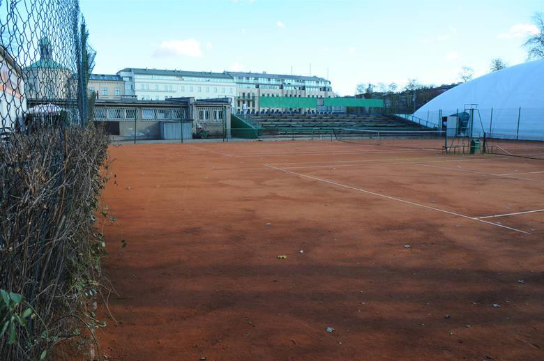 Od lat nie ma pieniędzy na przebudowę kortów tenisowych KS Nadwiślan u stóp Wawelu, które wciąż przypominają obiekt z czasów PRL-u.