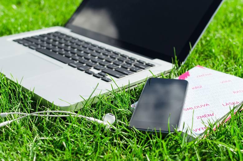 1. Wi-FiOkreślenie Wi-Fi powstało, ponieważ prawdziwa nazwa bezprzewodowego internetu była zbyt mało chwytliwa. Samo w sobie określenie to jednak niewiele