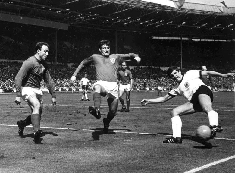 Anglia pogrążona w smutku. Nie żyje Martin Peters (w środku), kolejny mistrz świata z 1966 r.