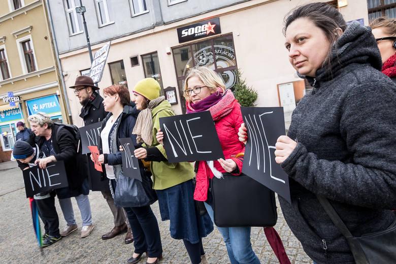 Dziś na bydgoskim Wełnianym Rynku zorganizowano manifestację, która miała na celu wparcie dla ofiar przemocy domowej. Jego uczestnicy mieli ze sobą czarne