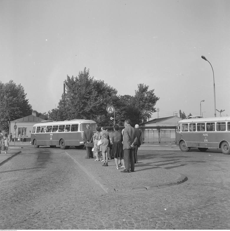 Zatoki autobusowe przed dworcem PKP