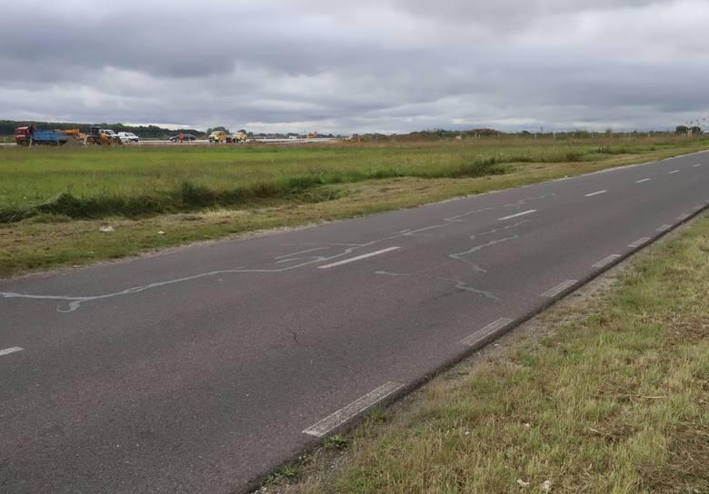 """Przedłużony o 500 metrów pas startowy """"zbliżył się"""" do obecnego ogrodzenia lotniska oraz do drogi, która będzie musiała być &q"""
