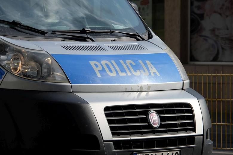 Policjanci nagrodzili dziewczynki, które udzieliły pomocy starszemu mężczyźnie.