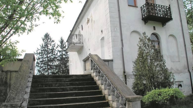 Janusz Migdalski, prof. ATR w Bydgoszczy, odkupił dwór od gminy Piotrków Kujawski i podjął  heroiczny trud jego odbudowy.