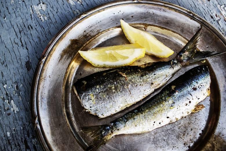 TAK! Odpowiednie spożycie jodu pomaga uzupełnić braki spowodowane niedoczynnością tarczycy. Oprócz jodowanej soli i zawierających ją produktów (np. nabiału)