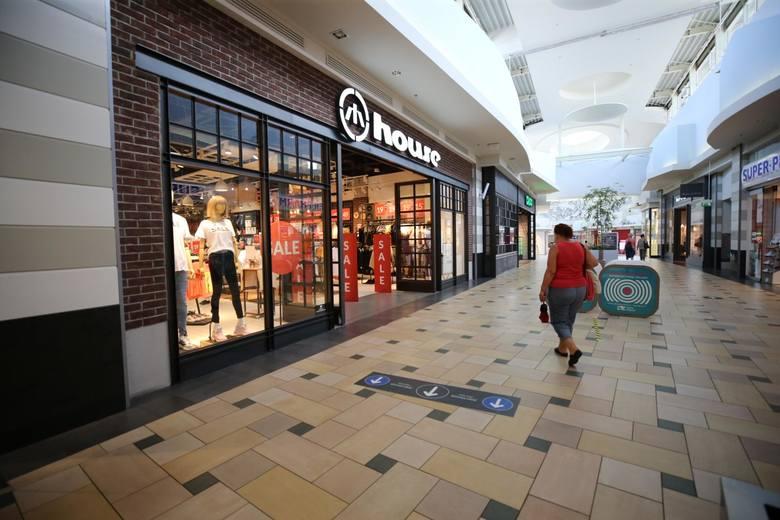 W 2020 roku w centrach handlowych nie było tłumów. Wiele osób częściej robiło też zakupy przez internet