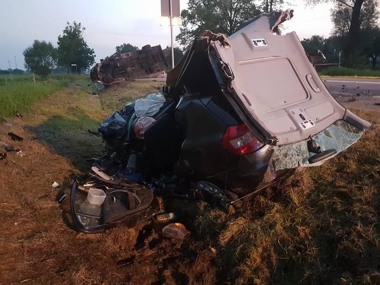 Na drodze wojewódzkiej nr 662 zderzyły się dwa samochody: osobowy i ciężarowy. Kierowca bmw został uwięziony w pojeździe.