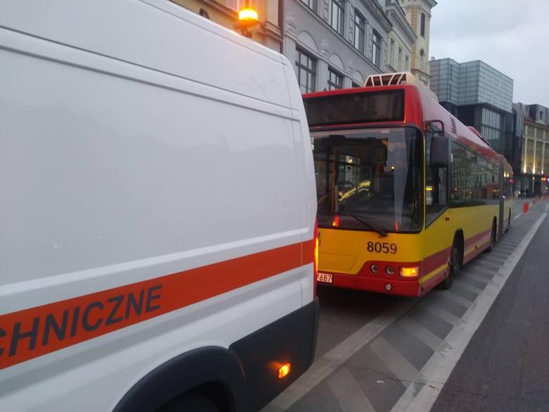 Według relacji kierowcy autobusu, młoda kobieta kierująca mazdą, chcąc skręcić z ulicy Nowy Świat w Rzeźniczą, zajechała drogę autobusowi jadącemu po
