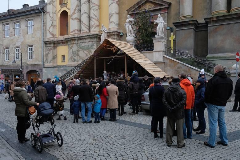 25 i 26 grudnia od godz. 14 do godz. 17, można w Przemyślu zobaczyć żywą szopkę bożonarodzeniową.Szopka stanęła przy kościele Franciszkanów na ul. F