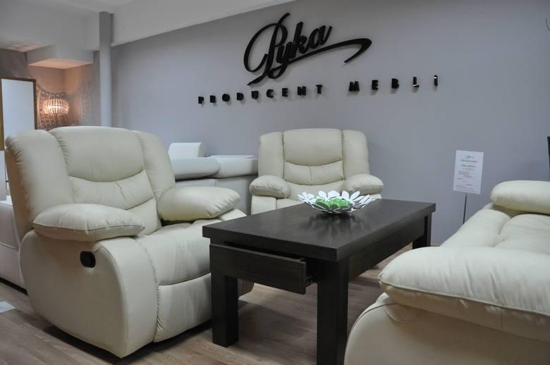 Istniejące od lat dziewięćdziesiątych Centrum Meblowe Agata w Dobrodzieniu działa w formie spółki, których udziałowcami jest jedenastu meblarzy z Dobrodzienia i okolic.