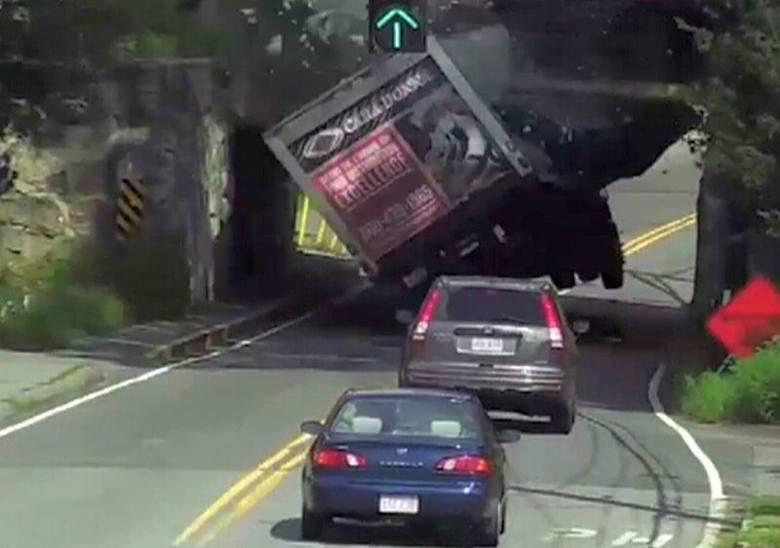 Chciał przejechać pod wiaduktem. Skończyło się źle...
