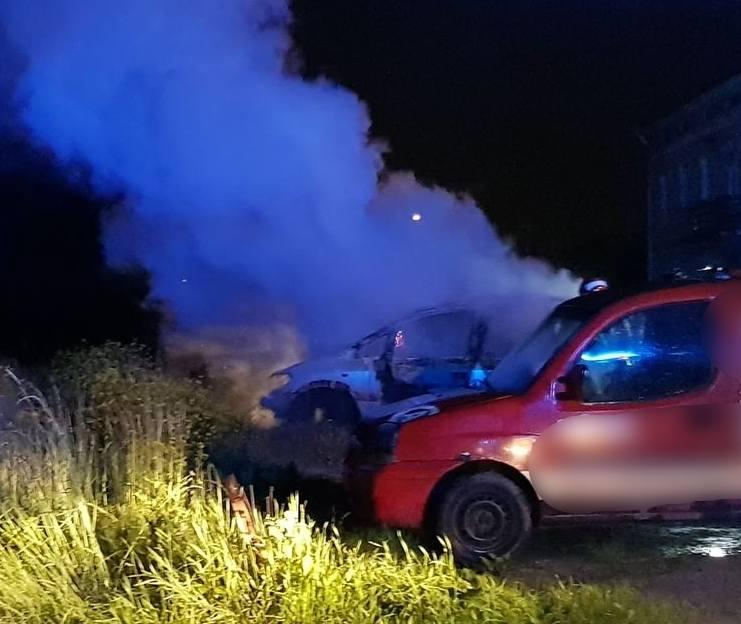 We wtorek około godz. 22 straż pożarna w Przemyślu otrzymała zgłoszenie o palącym się samochodzie na ul. Mickiewicza. Wyjechały dwa zastępy. Po dojeździe