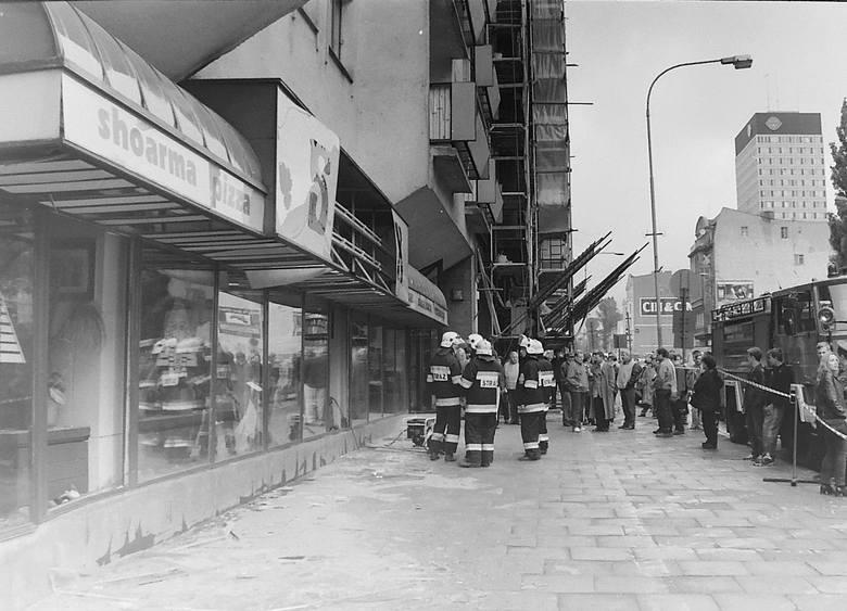 """Sphinx na ul. Piotrkowskiej, nieopodal """"Centralu"""" po eksplozji podłożonej w lokalu bomby.Era polskiej mafii nastała w latach 80. i 90. ubiegłego wieku,"""