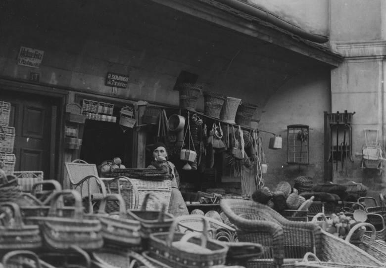 Sprzedaż wyrobów z wikliny: koszy, krzeseł, półek, skrzyń, wózków, a także szczotek, sit itp. ul. Jatki w 1934 roku