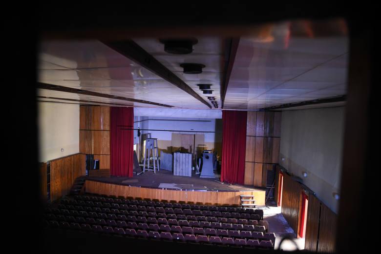 """Impresaryjny Teatr Muzyczny w Toruniu zamierza wystawić na sprzedaż fotele z kina """"Grunwald"""", a także niepotrzebne kostiumy i rekwizyty."""