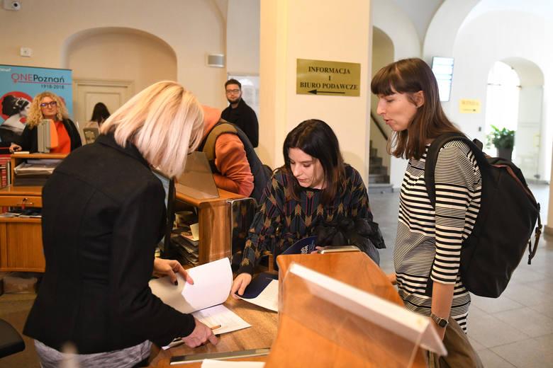 List otwarty w sprawie wydatków na kulturę złożyły w Urzędzie Miasta Poznania Agata Rosochacka i Emilia Mazik z Komisji Dialogu Obywatelskiego przy Wydziale