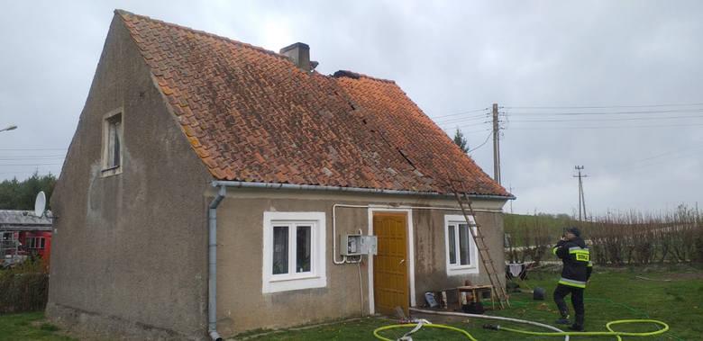 Grądy Węgorzewskie. Pożar domu jednorodzinnego. 20 strażaków ruszyło na pomoc (zdjęcia)