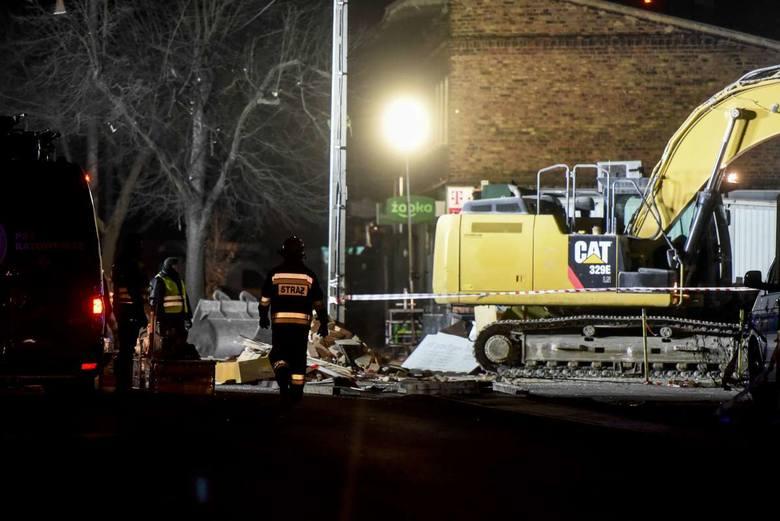 Strażacy przeczesywali gruzowisko przez całą noc.