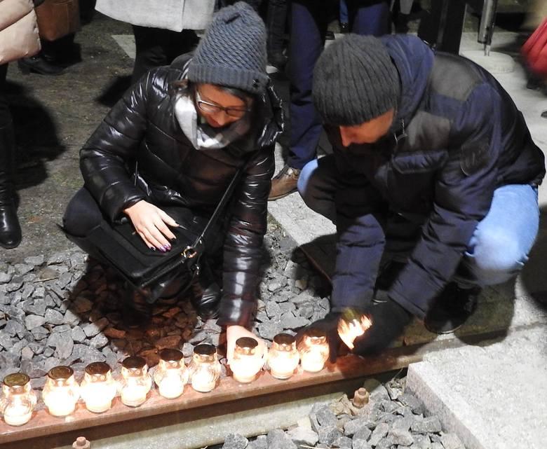 1400 zniczy zapłonęło wieczorem 9 lutego w Białymstoku przy torach obok Muzeum Sybiru w kompleksie na Węgłowej. Symbolizują 140 tysięcy obywateli II