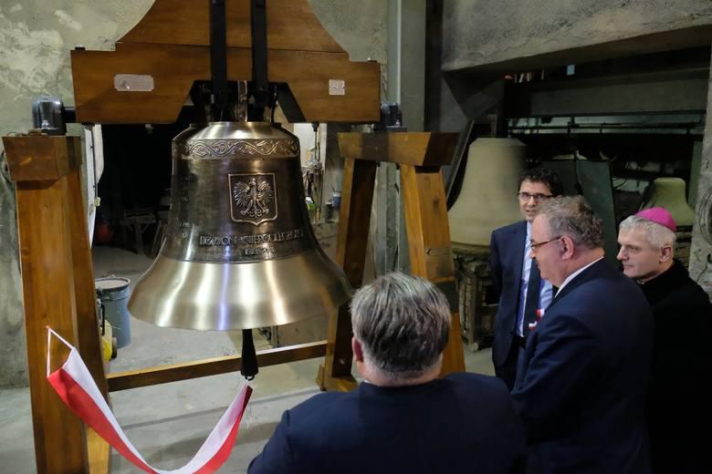 W pracowni ludwisarskiej Jana Felczyńskiego w Przemyślu odlano Dzwon Niepodległości. W piątek poświęcił go biskup Stanisław Jamorozek. Dzwon waży tonę,