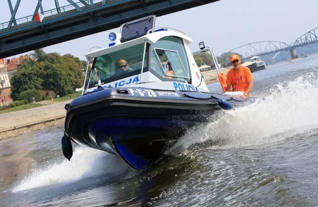 Wodny partol w akcjiMarek Tokarski (policja), Franciszek Kopczyński (wopr), Dariusz Krajewski (straż miejska)