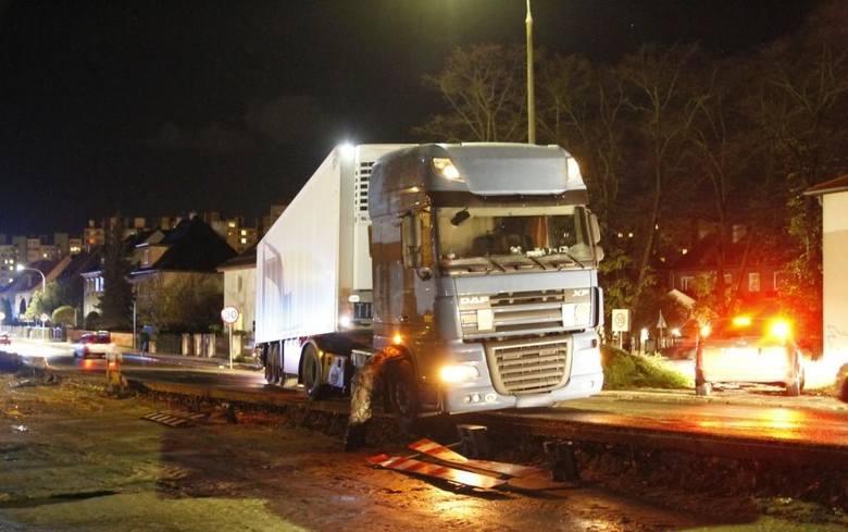 Ciężarówki wjeżdżają na kładkę na Niemodlińskiej.