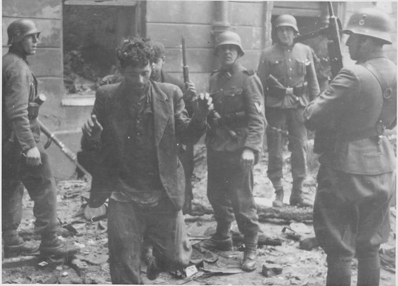 Dwóch bojowników ŻOB wyciągniętych z bunkra