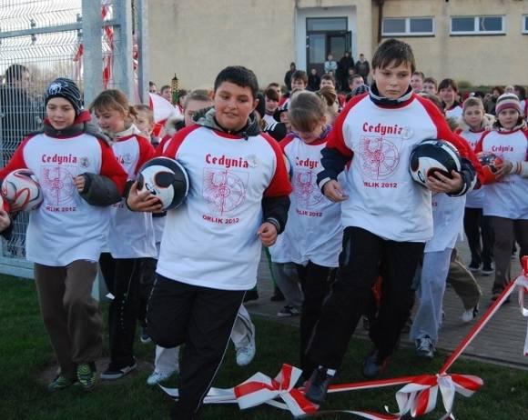 Nie było tradycyjnego przecinania wstęgi. Cedyńscy uczniowie wbiegając na teren boisk przerwali wstęgę.