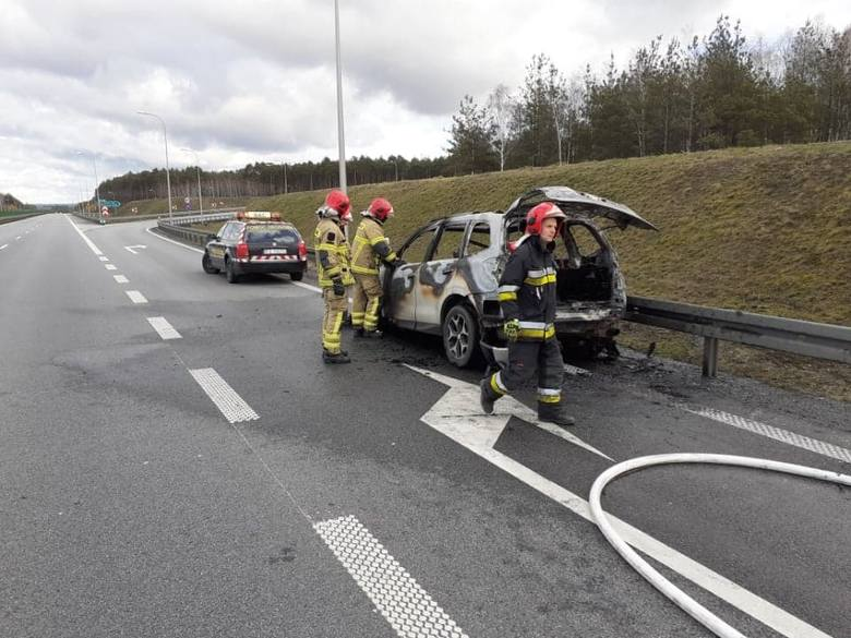 Pożar samochodu wybuchł w środę, 5 lutego, na trasie S3 pod Zieloną Górą. Na miejscu jest straż pożarna. Samochód zapalił się około godz. 12.00 w czasie