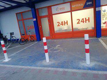 Ostrołęka. Słupki blokują wjazd na miejsca dla niepełnosprawnych przed apteką przy E.Leclerc