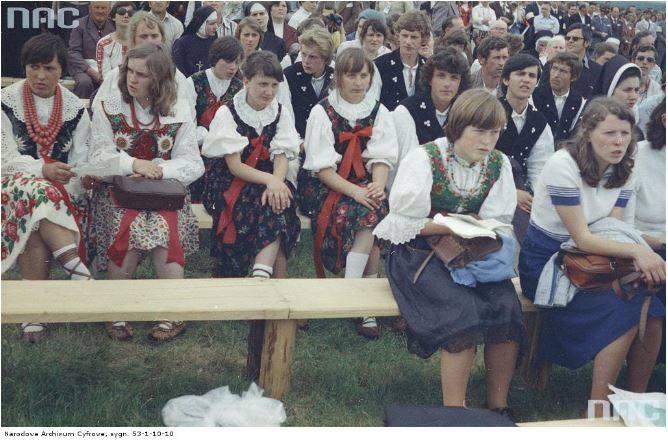 Pobyt papieża Jana Pawła II w Nowym Targu podczas I pielgrzymki do Polski. Kobiety w strojach ludowych wśród uczestników mszy św. odprawianej przez kard. Franciszka Macharskiego z udziałem papieża Jana Pawła II.