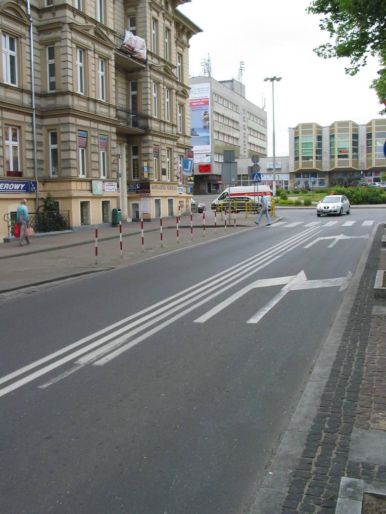 Kierowcy widząc w 2016 roku tak fatalnie wykonane oznakowanie poziome  na skrzyżowaniu al. Wojska Polskiego i ul. Kołłątaja myśleli, że cierpią na astygmatyzm