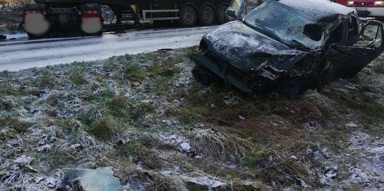 Do groźnie wyglądającego wypadku doszło na drodze nr 163 w okolicach miejscowości Buślary (gmina Połczyn Zdrój). Kobieta kierująca samochodem osobowym