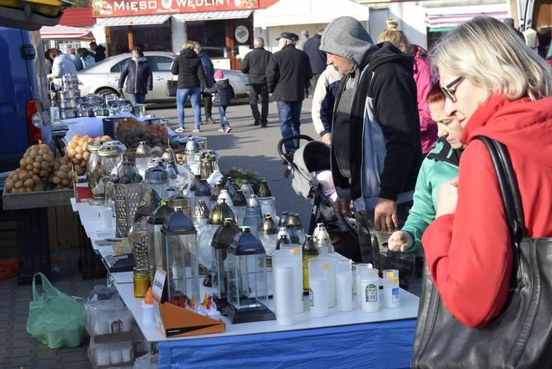 Świąteczne klimaty na skierniewickim targowisku. Dzień przed Wszystkimi Świętymi [ZDJĘCIA]