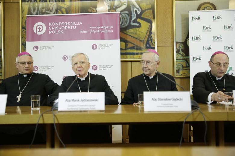 Szymon ma żal, że poznańska kuria kierowana przez abpa Stanisława Gądeckiego nie współpracuje z prokuraturą. Przez brak dokumentów z kurii, śledztwo ws. skrzywdzenia Szymona od miesięcy stoi w miejscu.