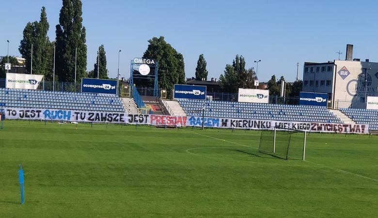 Dzień przed meczem w Świdnicy kibice Ruchu wywiesili na stadionie przy Cichej transparent motywacyjny dla piłkarzy.Zobacz kolejne zdjęcia. Przesuwaj