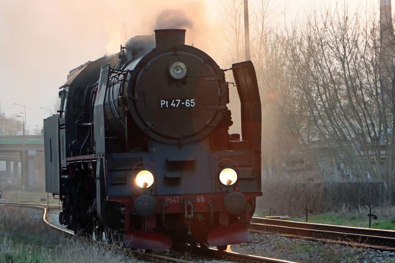 Z Torunia do Grudziądza przyjechał kolejowy skład retro ciągnięty przez parowóz Pt 47-65. Po krótkim postoju i przepięciu lokomotywy pociąg retro ruszył