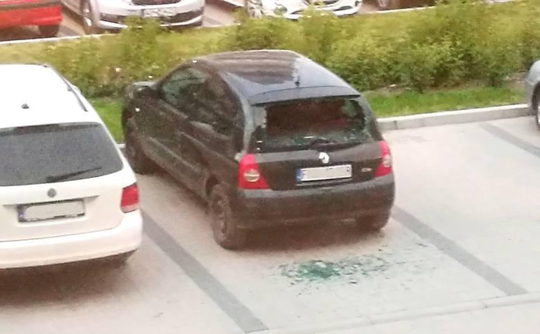 Mężczyzna powybijał tylne szyby w kilku autach