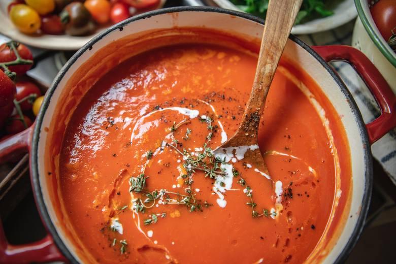 Klasyczny krem z pomidorów to nieodzowny element diety zupowej. Warto przyrządzać go ze świeżych pomidorów, a poza sezonem wybierać te z kartonu, a nie