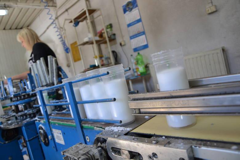 Wkłady do zniczy lądują w plastikowych opakowaniach. Wszystko odbywa się błyskawicznie.