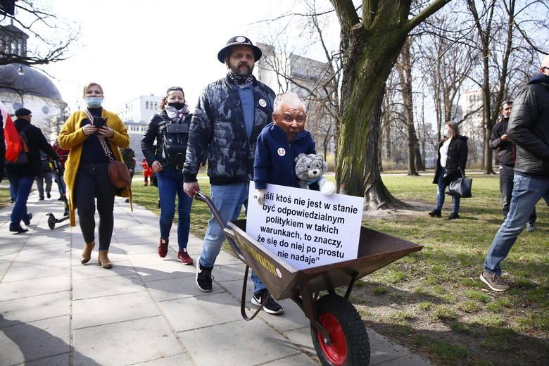 11. rocznica katastrofy smoleńskiej [ZDJĘCIA] Warszawa: protesty Strajku Przedsiębiorców, zatrzymany został m.in. Paweł Tanajno [WIDEO]