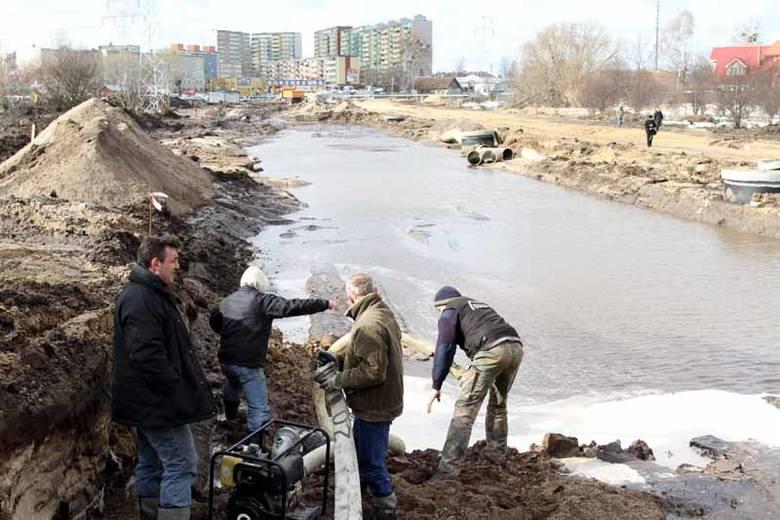 Rura pękła na osiedlu Dziesięciny w pobliżu ogródków działkowych. Pracownicy firmy budowlanej musieli najpierw wypompować wodę, która się tam zebrał